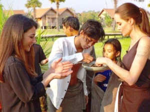Angelina-Jolie_cooking